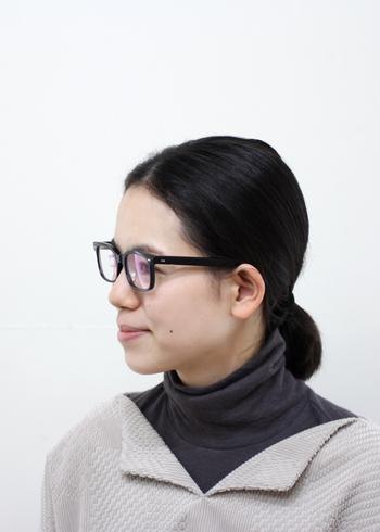 眼鏡フレームの縦サイズは、眉からあごまでの長さの1/3 の長さのものが基本的なサイズです。横サイズは、顔の幅と同じか、やや狭めのものを選ぶとバランスが整って見えます。