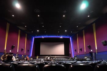 新百合ケ丘には、日本で初めての映画専門の大学「日本映画大学」のキャンパスもあり、宮沢りえさん主演の映画『湯を沸かすほどの熱い愛』の中野量太監督をはじめ、多くの卒業生の方々が活躍しています。  その日本映画大学で、夏休みに「こども映画大学」というワークショップがひらかれています。 2016年は小学生の子供達が協力しあって作った映画の上映会を、イオンシネマ新百合ケ丘で行いました。