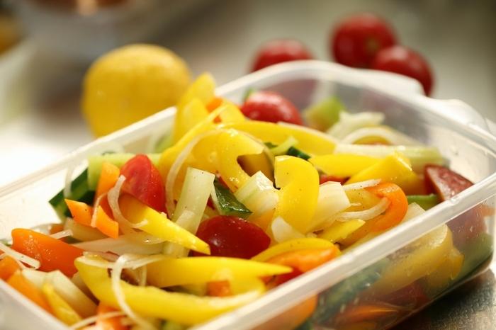 マリネは魚や肉、野菜などの食材を揚げたり、もしくは生のまま、酢やレモン汁、ワインなどから作った漬け汁にひたしてやわらかくしたり保存したりする調理方法。またはその料理名をマリネと呼ぶこともあります。