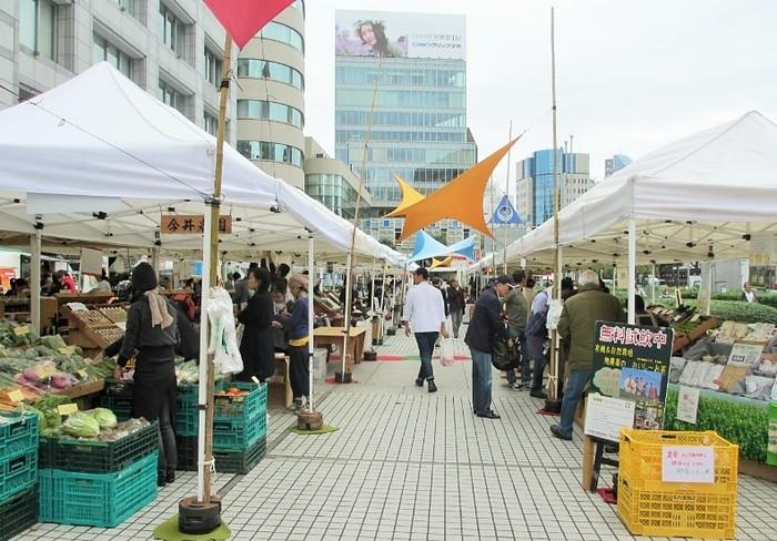毎週末、青山通り沿いの「国連大学」(UNU)前の広場に、全国から生産者たちが出店します。