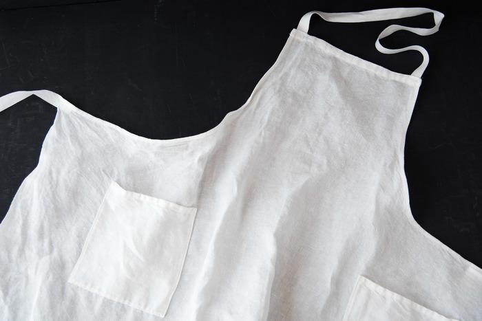 ALDINアルディン|ホワイトフルエプロン ¥5,832 山梨県富士吉田市にあるリネン織物工場によるエプロンです。昔ながらの織り機を使いふんわり織り上げられた布を手作業で一枚ずつ丁寧に裁断して作られています。使い込む程柔らかになり、吸水性が高まり、リネンの特性を活かしたエプロンです。