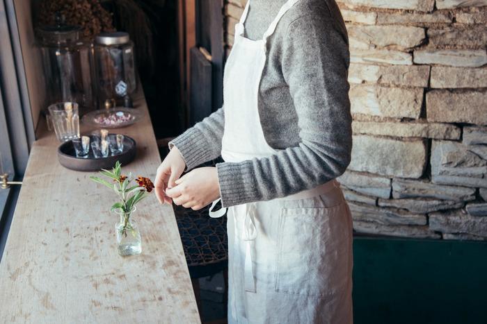 清潔感のある白いエプロン。新しいエプロンを身につければ、新鮮な気分で料理の時間も楽しくなりそうです。