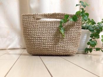 円形のバッグよりも大人っぽい雰囲気になる楕円形のバッグ。ノートや本なども入れやすく重宝するはず♪