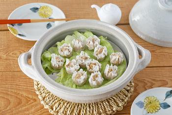 蒸し板と蒸し器のセットもあります。 足付蒸し物用目皿は、高級感があり食材を綺麗に並べられるので、こんな風にそのまま食卓に出しても華やかな印象に。