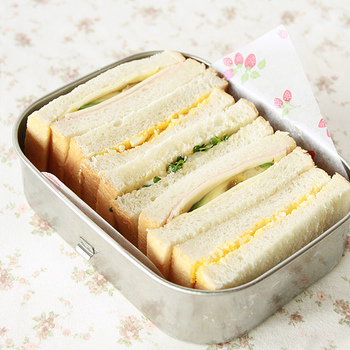 角型なら、サンドイッチも詰めやすい。 コロンとしたフォルムで女性でも持ちやすいのがうれしい。