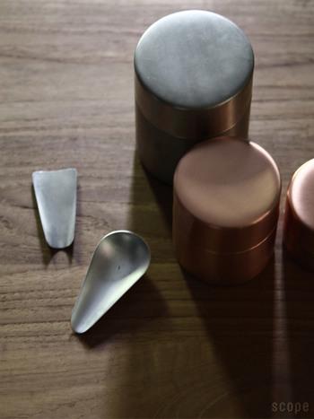 一緒に揃えたい茶匙は、平型と梨型の2種類で、ともに小ぶりで手になじみやすく、錫めっき仕上げのみですが、使っているうちに深みのある銀色へと変化していくので、茶筒とともに経年変化を楽しめます。