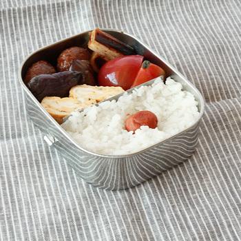 お弁当を詰めやすい角型のランチボックス。 こんな風にぎっしり詰められる使いやすさ抜群のお弁当箱。