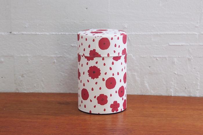 食卓がほっこりしそうな、可愛らしい手描きの「ぼたん」模様の和紙が巻かれた茶筒は、和洋どんなインテリアにも合いそう。内蓋付きで、しっかり茶葉を保存してくれます。