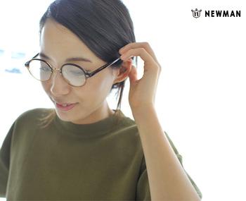 セル×メタルのコンビネーションメガネ。まん丸ではない、上品なラウンドが表情を優しくしてくれます。