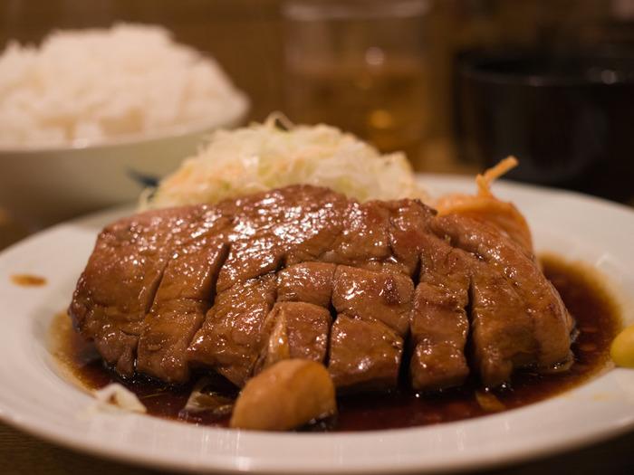 「ビフテキ」は牛肉のステーキ、豚肉のステーキは「トンテキ」です。三重県四日市の市街地では、戦後間もないころからお店に出ていたといわれる名物料理。今では、全国各地で食べられるようになりました。