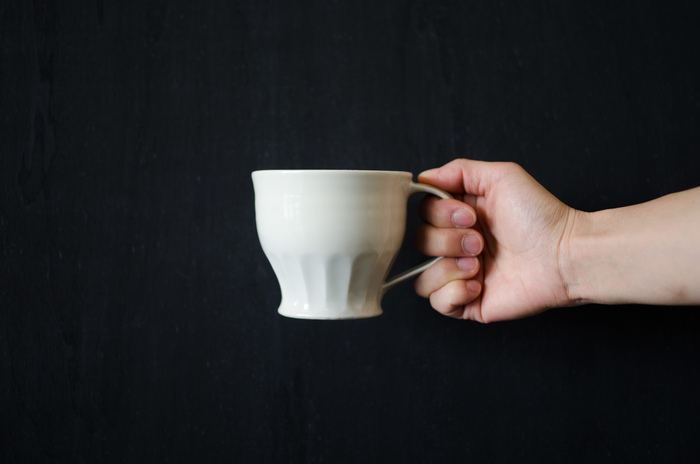 境知子/ 白磁 マグカップ ¥3,024 陶芸家境知子さんによる白磁のマグカップ。ふんわりとした佇まいと個性的なフォルムがおしゃれなデザインです。