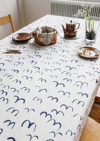 """こちらも""""Fine Little Day""""のテーブルクロス。ソフトに描かれたカモメモチーフが可愛らしいデザインです。"""