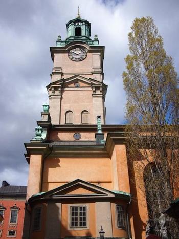 アニメ『魔女の宅急便』の舞台のモデルにもなった、ストックホルム大聖堂の時計台。どっしりとした直線と細やかなファサードの対比が素敵ですね。13世紀に建てられたのち、幾度かの増改築を経て現在の姿に。ストックホルム最古の教会でもあり、国王の戴冠式や結婚式が執り行われる静粛な場でもあります。 内部には絢爛豪華な装飾や数々の芸術作品が収められており、スウェーデンの歴史を語り継いでいます。