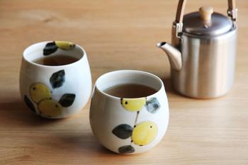 コロンとした形がキュートな湯のみは、みかんの絵柄もさわやかで、食卓にやさしい空気を運んでくれそう。手のひらに収まりやすいサイズ。高台がないので、デザートのカップとしても使えます。
