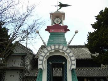 静岡県松崎町の観光名所中瀬邸の前に、とってもユニークな造形の時計塔があります。文字盤にはなんと13番目の数字が!! 内部はフレスコ壁画で彩られ、じっくりと眺めがいのあるミステリアスな時計塔です。