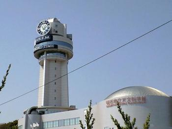 兵庫県明石市は日本標準時子午線(東経135度)を通る、時間にゆかりの深い町。まさにその東経135度線の真上に設置されてるのがこの時計台。 明石市立天文科学館では、プラネタリウムも楽しめます。