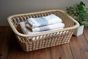 温泉にありそうな脱衣かごはラタン(籐)で作られています。職人さんが一つひとつ編んで作るこのかごは、軽くて丈夫。しっかりした作りなので、長く使えるアイテムです。使いこむほどに飴色に変わっていく様子を楽しむのもステキですね。  毎日のお風呂あがりが、もっと気持ちよく過ごせそうです。