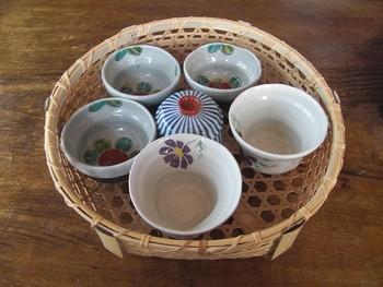 日本茶セットをかごにひとまとめ。竹かごは丈夫で軽いので、こんな風に湯飲みを入れても持ち運びしやすいんです。お茶の用意をする時は、このかごごと取り出して使えて使い勝手も抜群。  手ぬぐいや布巾をかけておけば、キッチンカウンターにそのまま置いておけるスタイリッシュさは真似してみたくなりますね。