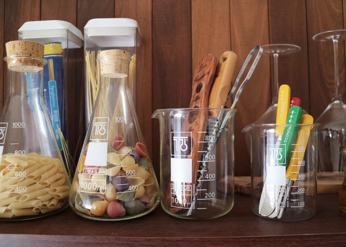 フラスコやビーカーを使うと、今トレンドの「理系インテリア」が簡単にできます。見た目が楽しくなる収納アイテムは、いくつも並べて置きたいですね。キッチンカウンターに並べてお部屋のアクセントにするのもおすすめです。  耐熱ガラス製で、実用性が高い点も優秀!ビーカーは電子レンジも使用できるので、牛乳の温めなどにも使えますよ。