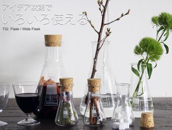 先ほどと同じフラスコに、いろいろなアイテムを入れて使っています。小さなフラスコにはスパイスや角砂糖。大きいフラスコはワインのデカンタにも使えます。コルクのフタがついているので、自家製サングリアを楽しむのも良さそうです。  他にも、花瓶として使うこともできて、センスとアイデア次第で様々な使い方できます。サイズ違いでいくつか揃えてみてはいかがでしょうか?