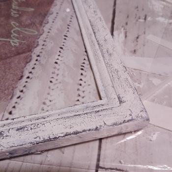 古びたような風合いを出すために、ひび割れを作りましょう。自然とひび割れを起こす作用のある「クラック塗料」を使う方法がありますが、黒と白のペンキを使って簡単に加工することができます。