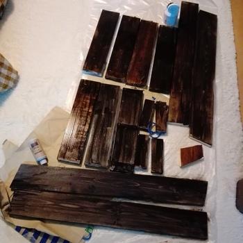 ①セリアで購入できるウォールナットを、前面に塗装します。