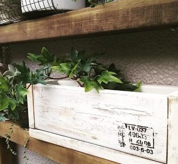 シャビー加工が施されたプランターです。家にあった木材で作ったものだそうで、シャビー加工もペンキだけで施されています。