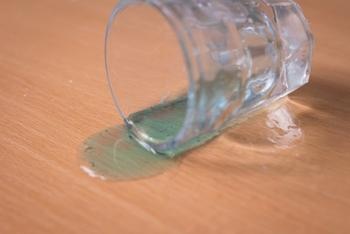 木材の性質にもよりますが、水や油は無垢材にとって大敵!こぼした場合には乾いた雑巾ですぐに拭き取りましょう。日常のお手入れも乾いた雑巾もしくは中性洗剤を溶かしたぬるま湯を含ませて固く絞った雑巾を使用します。雑巾に汚れが付かなくなるまでしっかりと拭き取ります。