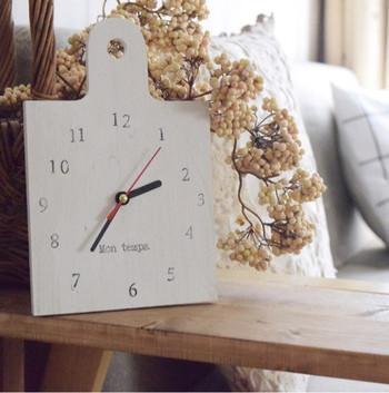 カッティングボードをホワイトにペイントした時計です。自分なりにアレンジできるのがDIYのいいところですね♪