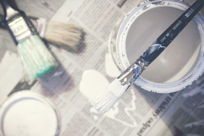 アンティーク風ペイントを楽しむための『道具』や初心者の方におすすめの『塗料』ご紹介します。まずは、刷毛と塗料を入れる容器の準備しましょう。