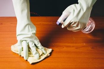 サンドペーパーをかけた部分は、再度オイルやワックスを使ってコーティングする必要があります。ワックスが塗られている場合はできるだけもともと使われていたのと同じ塗料を使用することをオススメします。オイル仕上げの場合は、雑巾に亜麻仁油などオイルを染み込ませてまんべんなく薄く塗ります。そのまま1~2時間放置すると余分なオイルが浮き出てきますので、それを乾いた雑巾で拭き取ります。