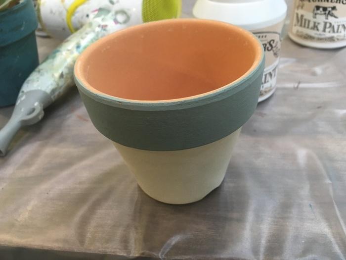 植木鉢もペイントでリメイクしてみましょう!好きな色を塗った植木鉢はお気に入りになりそうです。