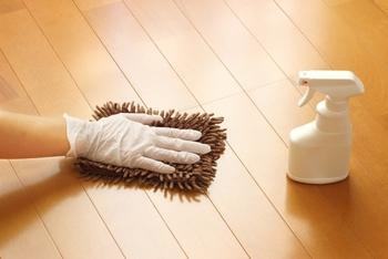 無垢フローリングの日常的なお掃除は、ホコリを除去するために掃除機をかけることと、雑巾やモップなどによる乾拭きでOKです。  無垢の床は基本的に水拭きはNG。頑固な汚れを落としたい場合は、消しゴムをかけるという方法もあります。