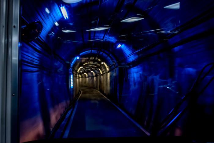 ハサイダーの由来となった、破砕帯。ブルーのライトアップは、染み出た水を表しているのだとか。