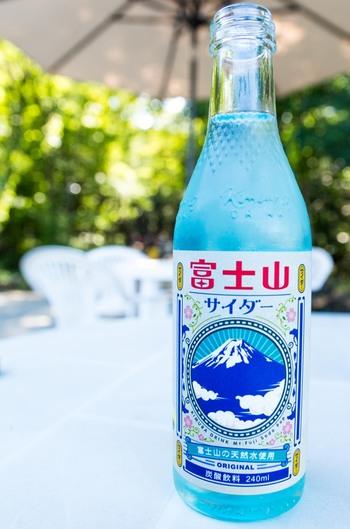 薄いブルーが素敵。甘さを抑えたすっきり味で、名水の美味しさがよく伝わってきます。
