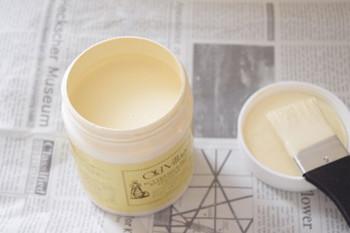初心者の方には『ミルクペイント』がおすすめです、バターを作るときにできる粕(ミルクがゼイン)が原料の塗料で、ミルキーでマットなやわらいニュアンスカラーが特徴です。