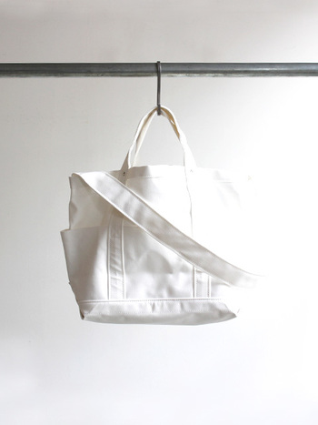 YAECA(ヤエカ) TOOL BAG C/N -LARGE- ¥20,520 スタンダードな日常着としての役割を意識したものづくりを続け、「必然的にシンプル」なデザインを形にしたブランドYAECAのトートバッグ兼ショルダーバッグ。コットンとナイロンを混紡したハリ感の強いキャンバス地で、強度と防水性を持った長く愛用できるバッグです。