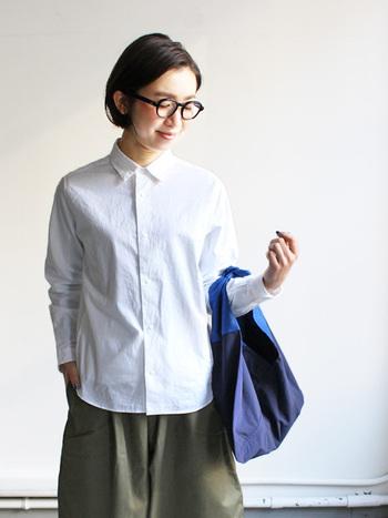ベーシックなファッションアイテムの白シャツ。定番アイテムだからこそ、新生活のスタートをきっかけに新調してるのもおすすめです。