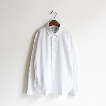 YAECA(ヤエカ) コンフォートワイドシャツ ¥20,520 やわらかなコットン素材を使用した、YAECA定番の白シャツです。スナップボタンにポケットつきで、身幅はほどよくゆとりのあるシルエットになっています。ベーシックアイテムながら細かいディテールにもこだわりを感じるデザインです。