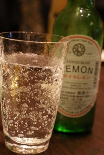 「ダイヤモンドレモン」の美味しさの秘密は、原料の良さ。布引山麓の湧出井戸から採水され、香料は高級なフランス産のものを使用しています。 地元でも愛されているダイヤモンドレモン。 西宮の隠れ家スペイン料理、マル イ ティエラでもいただけます。