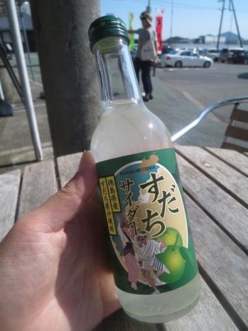 """水本来の旨さをもっていることもさることながら、やはりこの地サイダーは""""すだち""""の香りと味。 国内に出回るすだちのほぼ100%が徳島県産です。 甘味として蜂蜜が使用されています。 こだわりたっぷりの「すだちサイダー」は、やや強めの炭酸。すっきりとした""""すだち""""がほんのりと香る大人のためのサイダーです。 観光地である、鳴門公園内のアイスクリームショップでも購入できます。さっぱりした味わいが、アイスとよくあいますよ。"""