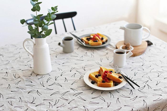 """スウェーデンの北欧雑貨ブランド""""Fine Little Day""""(ファインリトルデイ)の松の模様のテーブルクロス。テーブルを軽やかに舞う松がシンプルながらも印象的です。"""