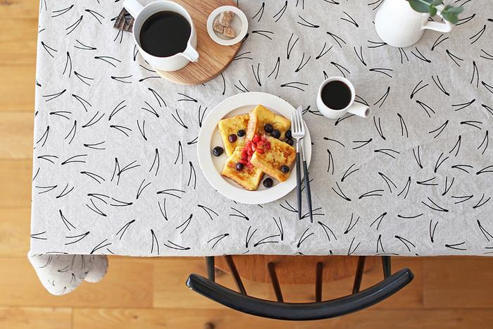 可愛らしさも大人っぽさも感じさせるテーブルクロスには、料理を引き立てるシンプルでモダンな食器を合わせるのがおすすめです。