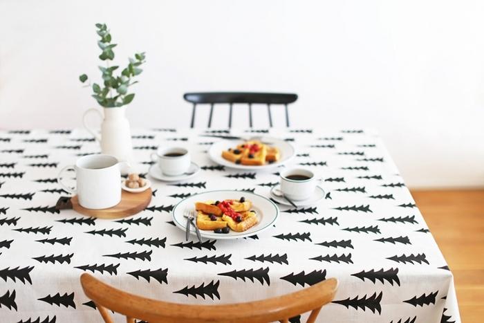 シンプルないつもの食器を並べるだけでも、モダンでおしゃれな雰囲気に仕上がります。フラワーベースにグリーンを飾るのもポイントです。