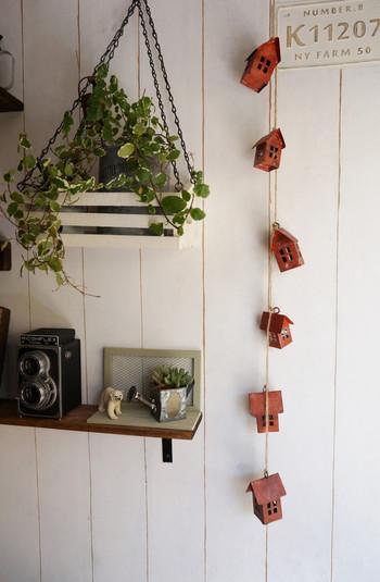 こちらはブリキ製のディスプレイ用品をアクリル絵の具で着色し、ガーラントにしたものです。壁の色に映えて、とても可愛らしいですね!