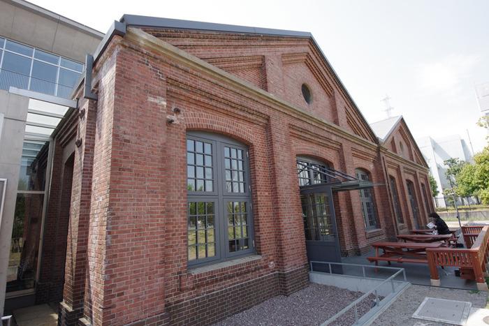 1919年に建設された、旧陸上自衛隊十条駐屯地275号棟、通称赤レンガ倉庫。そんな歴史ある建物と、新築されたフロアが一体化した図書館です。 ステキな外観!もちろん蔵書もたっぷりそろっています。
