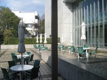 1階にはカフェがあります。広い店内でゆったりくつろげ、天気の良い日はテラス席もおすすめ。