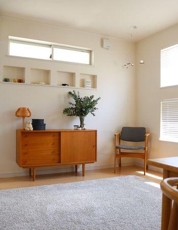 シンプルできれいに整頓されたお部屋に、温もりを与えてくれるヴィンテージのチェア。  布が貼ってあるタイプのものは、お部屋のトーンに合わせると柔らかい雰囲気に。