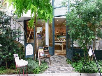 はちみつ専門店といえばハズせない「ラベイユ」の荻窪本店です。緑に囲まれた入り口に思わずわくわくしちゃいます。