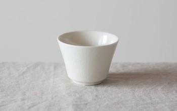 耐熱性に優れた三重県四日市市の萬古焼(ばんこやき)の湯のみ。茶器を得意とする窯元「南景製陶園」で作られた、白に同色の貫入が入った、シンプルで上品な風合いは、使い込むほどさらに味わいが増してきます。